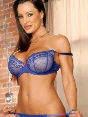 Pictures of Lisa Ann showing her nude body